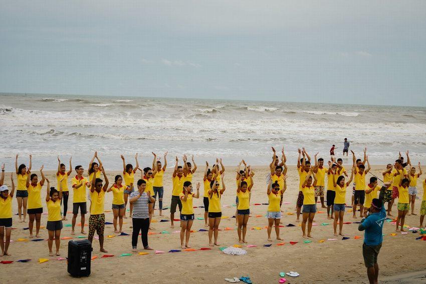 tổ chức team building trên biển